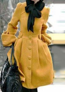 Manteau jaune noeud noir