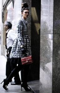 Manteau noir blanc pochette rouge